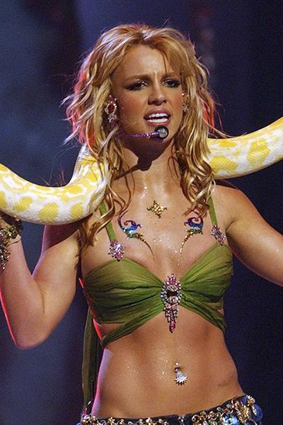 BS-2001 Britney Spears en 15 looks