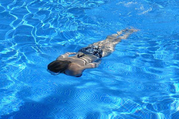 la-maison-del-cabello-cloro-piscina-efectos ¿Cómo proteger tu cabello en la piscina?