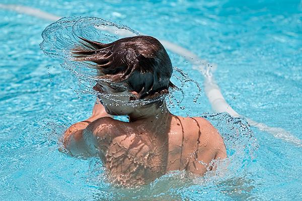 la-maison-del-cabello-cloro-piscina-playa-sal-pelo ¿Cómo proteger tu cabello en la piscina?